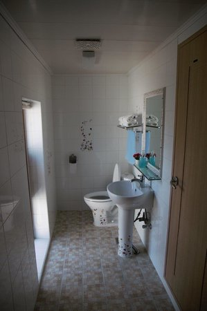 Esher House Pension: Bathroom