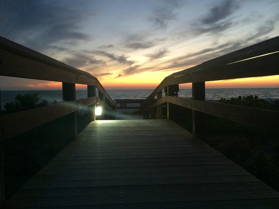 Hilton Marco Island Beach Resort: Boardwalk from hotel out to beach