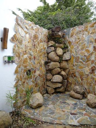 Hidden Valley Inn: Outside shower - amazing