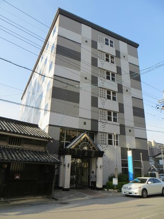 Court Hotel Kurashiki: Hotel viewed from the street