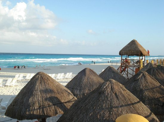 Fiesta Americana Condesa Cancun All Inclusive: Beach 'umbrellas' on the beach and life guard station