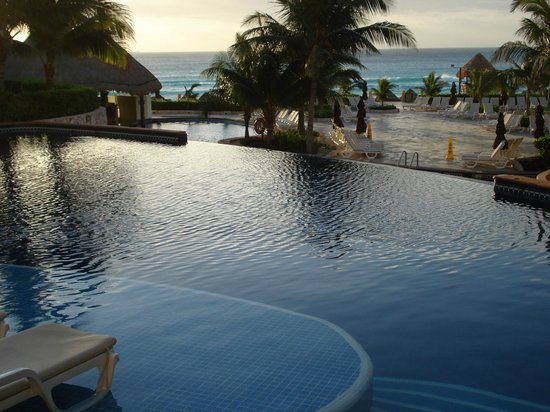 Fiesta Americana Condesa Cancun All Inclusive: Upper pool flowing into lower pool. Chair space in pool.