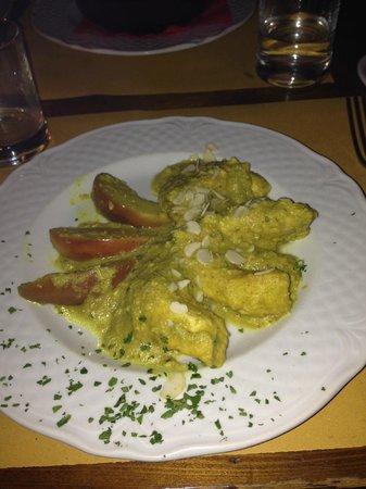 Restaurant La Pentola Dell'Oro: Pollo alla limonaia (la salsa era a base di limone, mandorle e curry)
