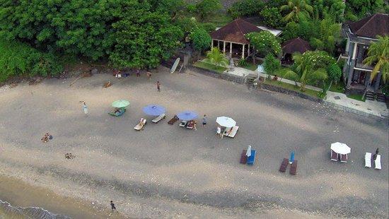 """Vue d'ensemble, la plage et l'hôtel """" Pondok Vienna Beach"""""""