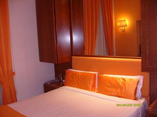 Max Hotel : Habitacion.... sin mesa de luz...