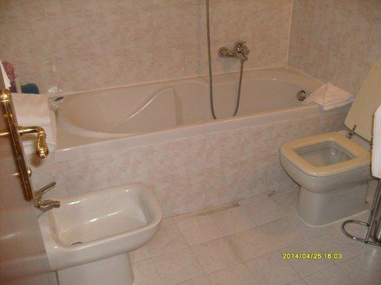 Max Hotel: Baño muy bien equipado, con bidet y bañera
