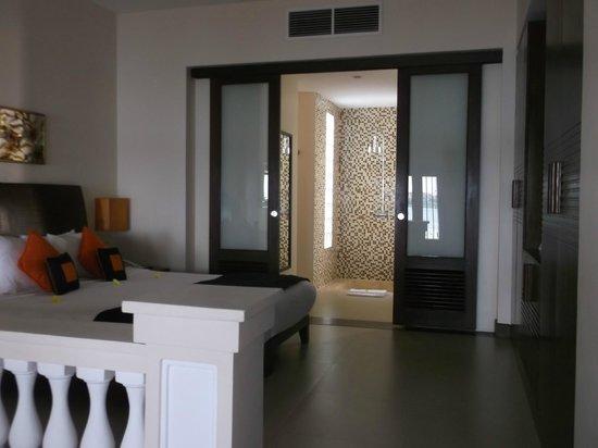 Anantara Hoi An Resort : room looking towards the bathroom
