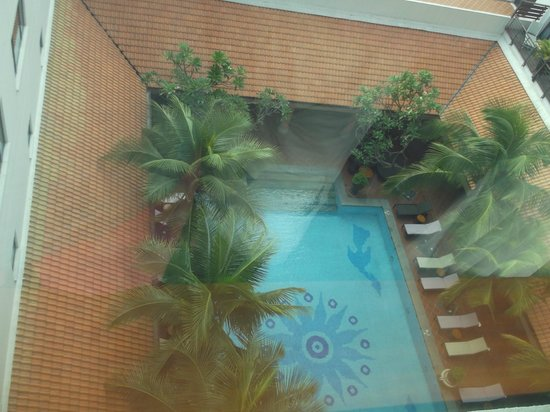 PARKROYAL Saigon : looking from my room down to the swimming pool
