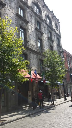 Hampton Inn & Suites Mexico City - Centro Historico : front of the hotel - u can see that it is a lively street