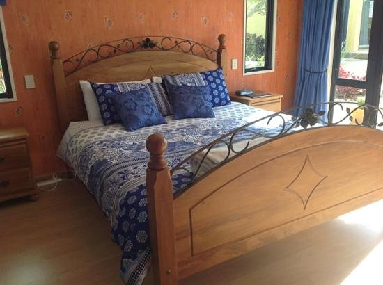 Mapua Hills Bed & Breakfast: beautiful king size bed with egyptian cotton sheets.