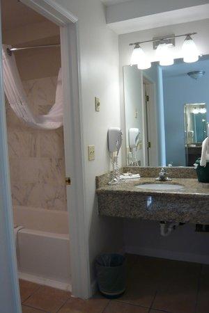 Baymont Inn & Suites Bellingham: Bathroom & separate vanity
