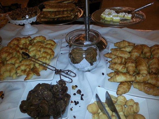 Diplomatic Hotel : Pastelería en el desayuno