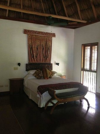 Turtle Inn: Bed in our sea view room - shutters close at night