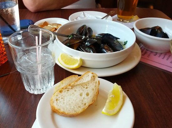 Pompei's Grotto: Yummy mussels and bread for dipping. My favorite!