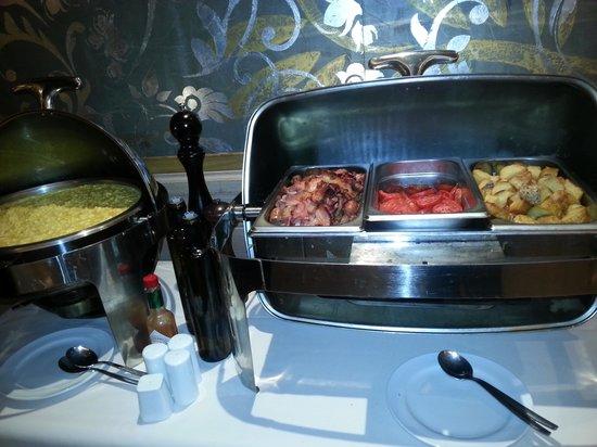Diplomatic Hotel : Platos calientes en el desayuno