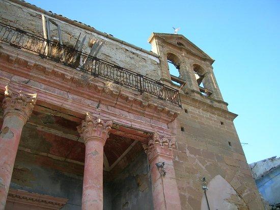 Poggioreale : La chiesa sul corso nel 2006 senza transenne