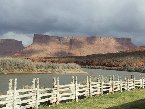 Red Cliffs Lodge: the view from a riverside suite patio