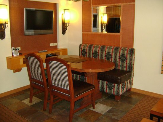 Lodges at Timber Ridge Branson: Dinning Room with TV