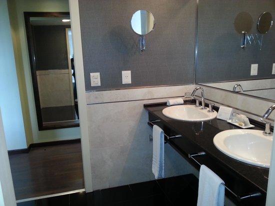 Diplomatic Hotel : Baño habitacion corner
