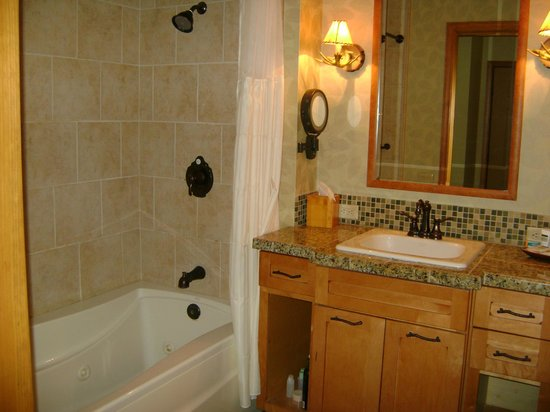 Lodges at Timber Ridge by Welk Resorts: Bathroom with whirlpool tub