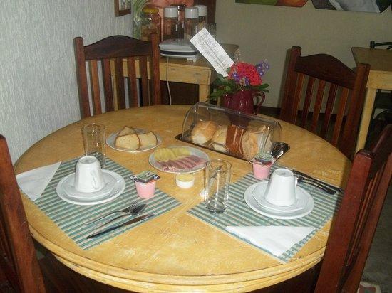 Guest House Cheiro De Vida: Mesa de café da manhã