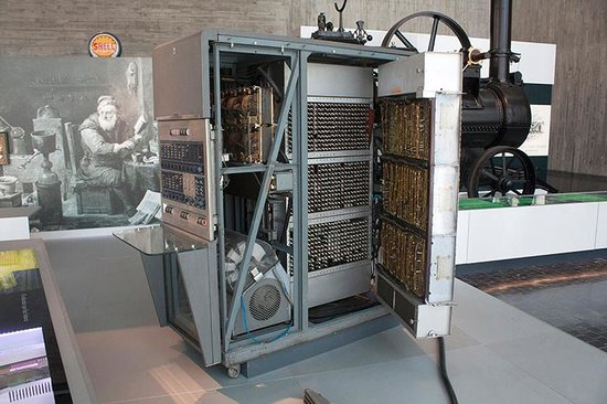National Museum of Science and Technology : El primer ordenador portatil