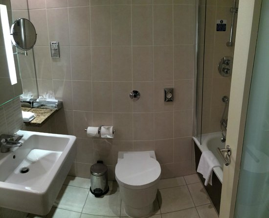 Doubletree by Hilton Cambridge City Centre: Bathroom