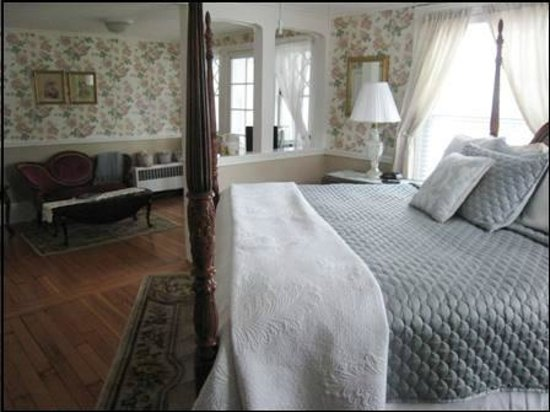 The Victoria Inn: The Garden Rose Suite