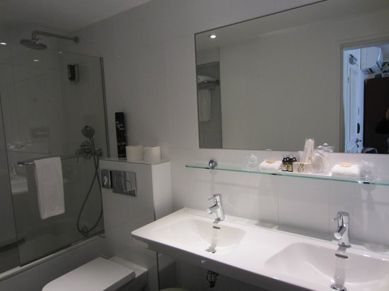 Hotel Relais Bosquet Paris : Super bath with double sink