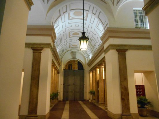 Esedra Inn Rome: Puerta hacia la calle