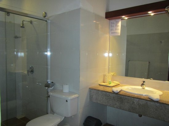 Adaaran Club Rannalhi: Bathroom of room 209