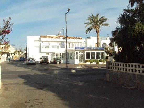 Hostal Rincon de Diego: Vista del hotel desde el acceso a la playa.