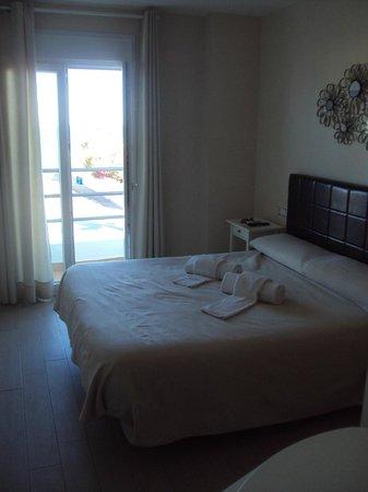 Hostal Rincon de Diego: Habitación doble superior con balcón y vistas al mar.