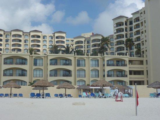 The Royal Caribbean: ホテルの前のビーチからホテルを臨む