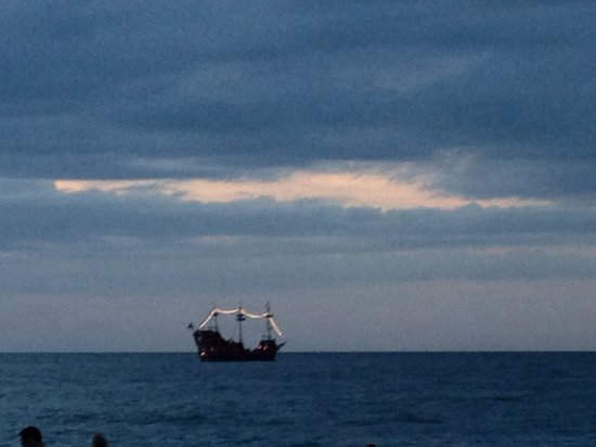 Pelican Pointe Hotel and Resort: Pirate ship at sunset.