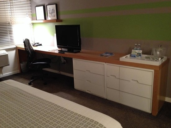 The Domain Hotel: Plenty of desk space, cable TV