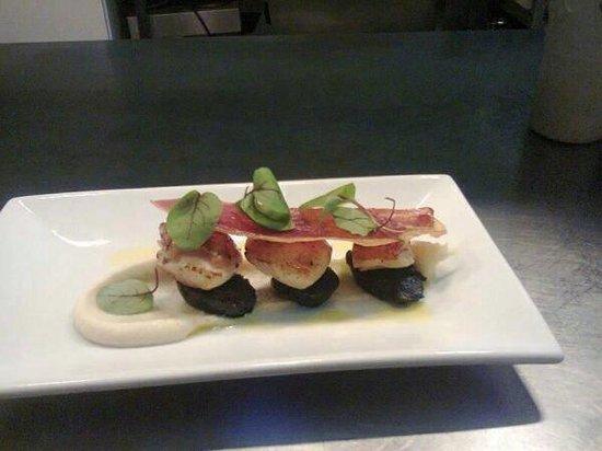 The English Garden : Seared scallops with black pudding, Serrano crisp & cauliflower purée