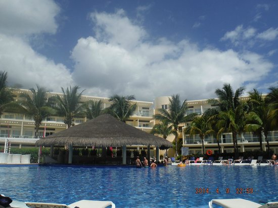 Azul Beach Resort Sensatori Mexico: Adult section bar/pool