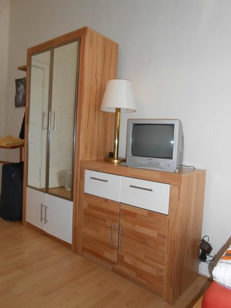 Pension Elefant: Small closet and tv