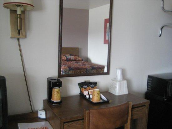 Howe Caverns Motel: desk area