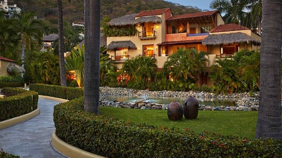 Villa del Sol Resort: Surrounded by lush tropical landscape