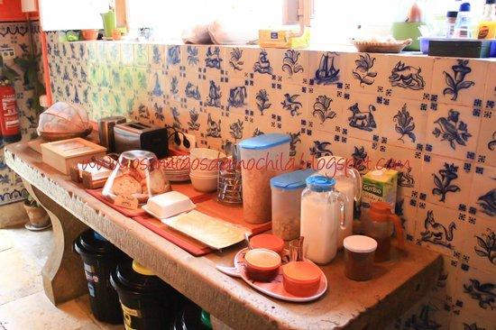 Almaa Sintra Hostel: Cozinha e café da manhã