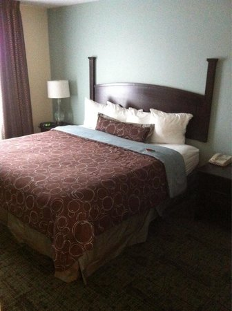 Staybridge Suites Peoria Downtown: King bed