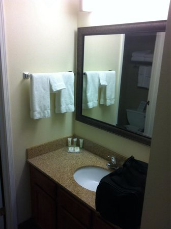 Staybridge Suites Peoria Downtown : Sink area