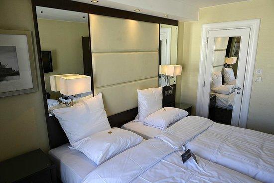 Grand Royale London Hyde Park: Bedroom & Door To En-Suite