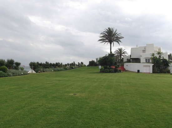Villacana: lawn between the pool and beach