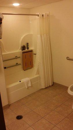 BEST WESTERN Cooper's Mill Hotel: Handicap bathroom