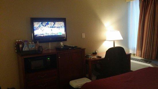BEST WESTERN Cooper's Mill Hotel: Handicap desk with tv, microwave and fridge behind the door.