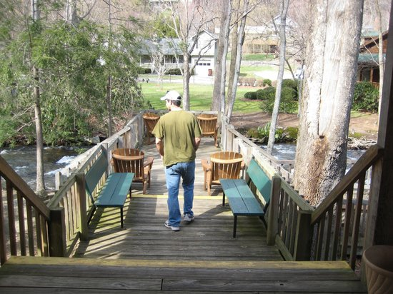 Jonathan Creek Inn and Villas: Large deck perched above the creek