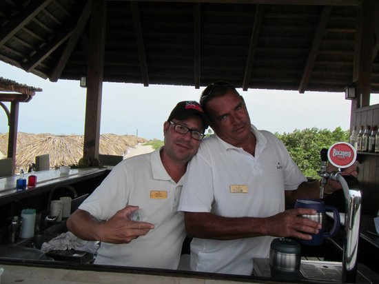 Paradisus Princesa del Mar Resort & Spa: bar tenders at royal service beach